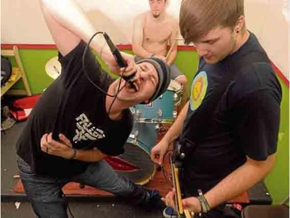 Name of the Enemy proben im Jugendcafé für ihren Auftritt in der Hugenottenhalle