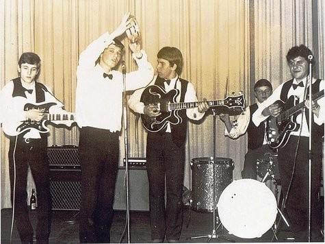 Die Black Devils bei einem Auftritt 1964. Vorne links am Mikrophon: Erwin Uttrich