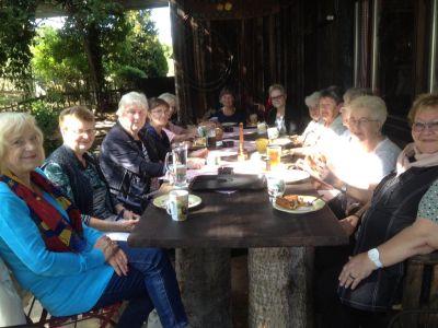 Zusammensitzen in der Scheuer in Bad Soden - Babbelnachmittag am Sportplatz