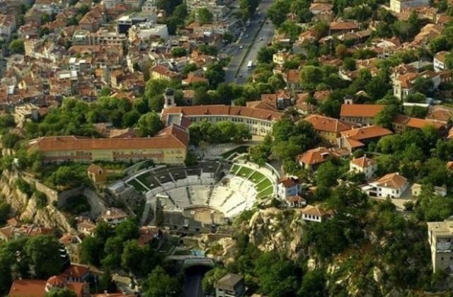 Photo aérienne du théâtre antique de Plovdiv et ses Trois collines, avec le tunnel routier en dessous. Aujourd'hui, les ruines des quartiers de luxe romains se trouvent à l'extérieur du tunnel routier sous le théâtre. Crédit: Darik Plovdiv