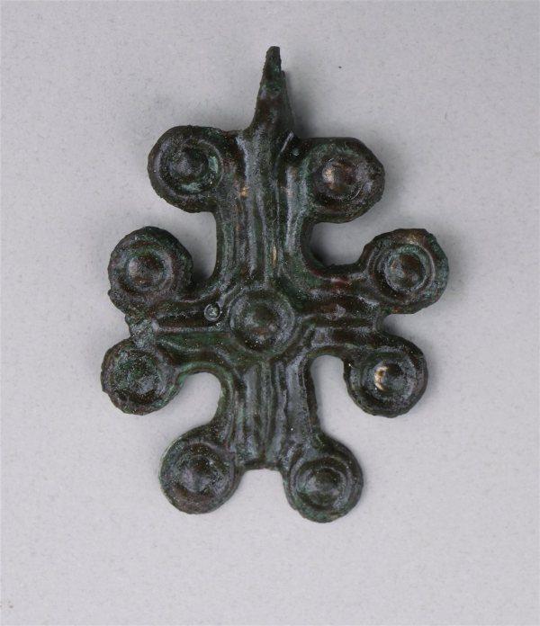 Croix en bronze du cimetière médieval. Crédit : Pavlina Devlova