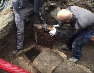 L'équipe d'archéologues en train d'exhumer le corps d'un homme mort il y a environ 1000 ans