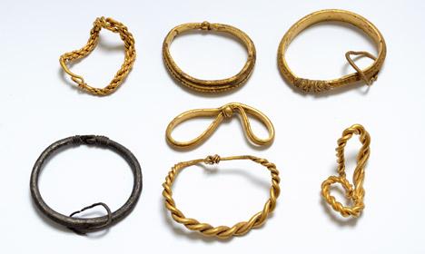 La plus grande découverte d'or Viking a Danemark : six bracelets en or et un en argent. Crédit : Nick Schaadt, Museet på Sønderskov