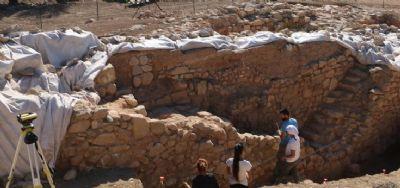 Le complexe en pierres se prolonge sur plus de 65 m le long du bord nord du plateau.
