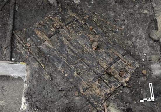 Cette porte en bois vieille de 5 000 ans a été retrouvée dans un village enfoui au bord du lac de Zurich en Suisse. Credit: Bleicher & Harb, Antiquity, doi.org/10.15184/aqy.2018.109