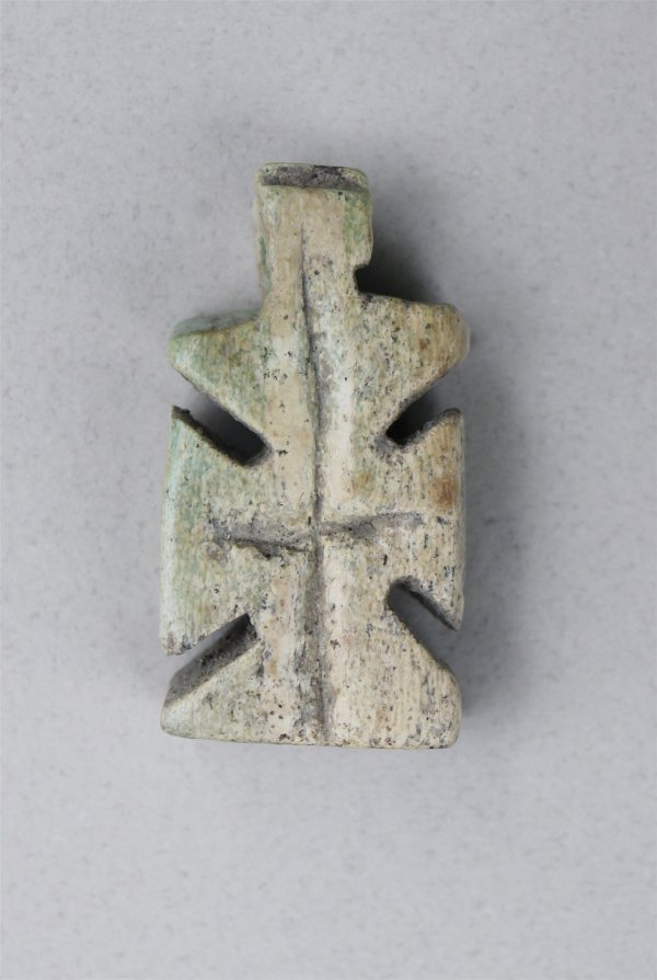 Croix en os provenant du cimetière médieval de Sozopol, XIe siècle. Crédit : Pavlina Devlova