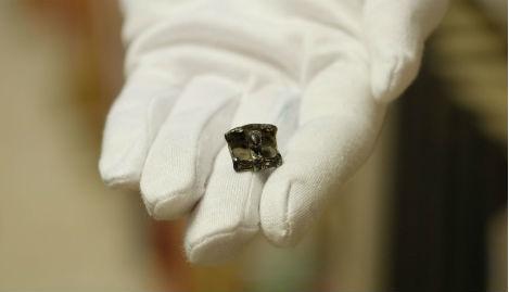 L'amulette représentant un trône avec Odin et deux corbeaux. Crédit : Museum Lolland-Falster