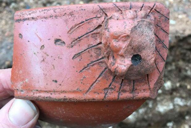 Une tête de lion provenant d'un mortier romain datant de la fin du IIe siècle de notre ère, découvert au cours de l'excavation.