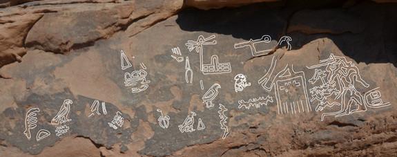 """Ces gravures ont ici été laissées par une expédition minière envoyée par le pharaon """"Djer"""" qui régna il y a environ 5,000 ans. À droite il y a une scène des gens étant frappés à mort. Credit : D. Laisney"""