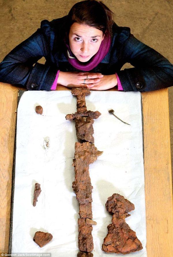 L'archéologue Helena Gray avec quelques-unes des découvertes. Crédit Scotimage.com