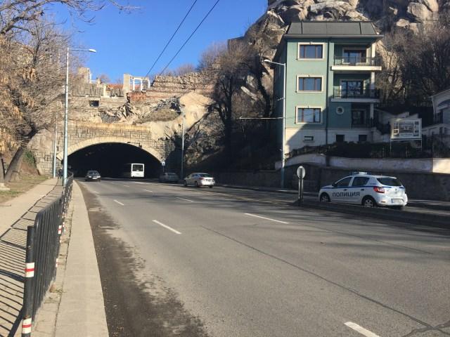 Tunnel routier sous le théâtre antique de Plovdiv. Les quartiers de luxe romains mis au jour par les archéologues de Plovdiv sont situés à gauche de la rue (à droite en cas de sortie du tunnel). Crédit: Municipalité de Plovdiv