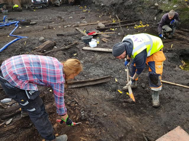 Les archéologues pendant les fouilles. Crédit : SHM Arkeologerna/Upplandsmuseet