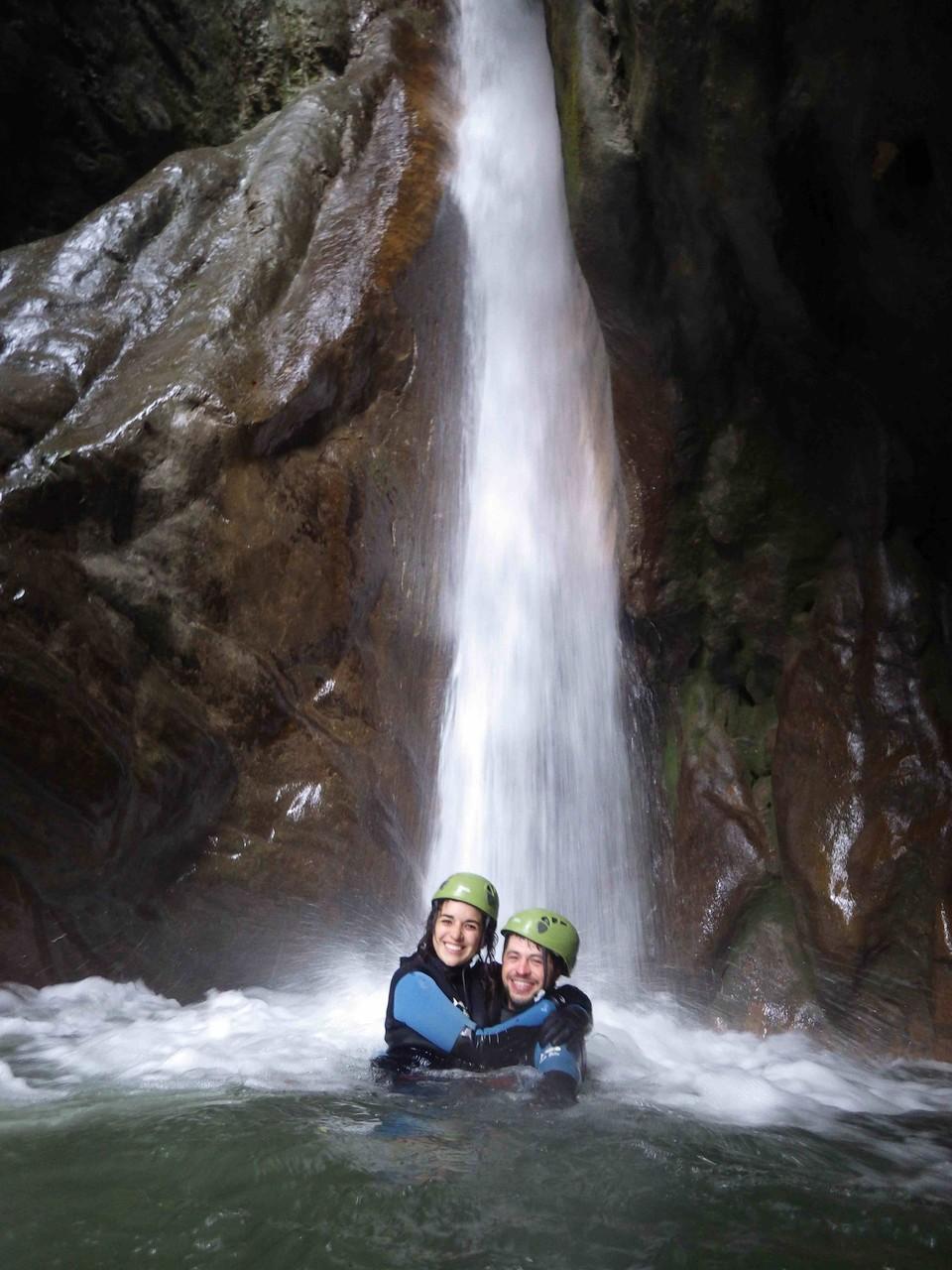 amoureux sous une cascade du Vercors