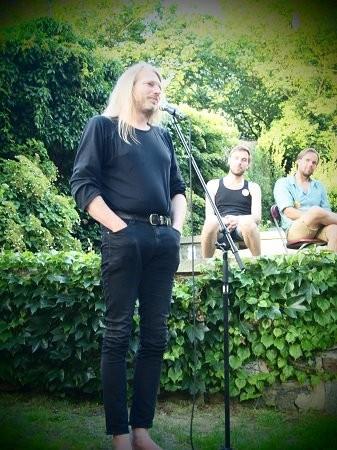 Ein Platz im Grünen und Bühne für die 1. Görlitzer Nacht der StadtNatur. Gedichte von und mit Fabian Bonig