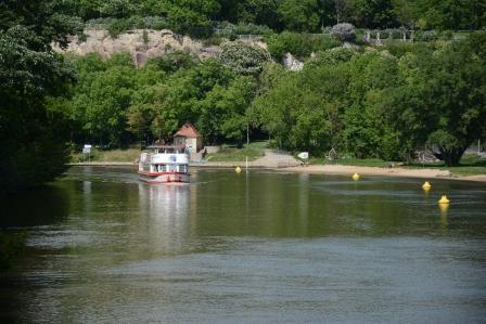 MS Händel II entlang des Riveufers