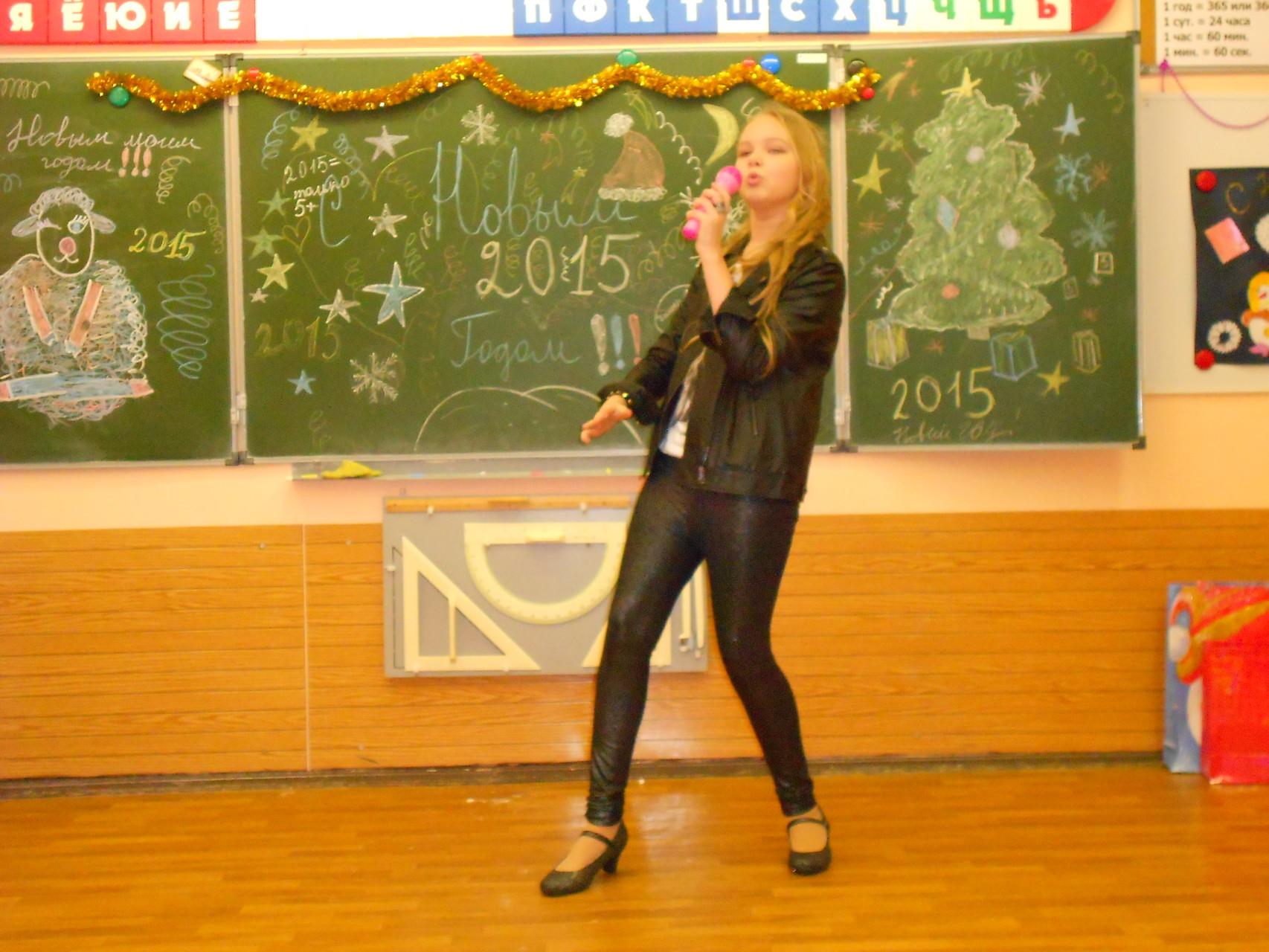 Анастасия Анипченко представит нам вокалистку этой группы. Песня «Улыбайся».