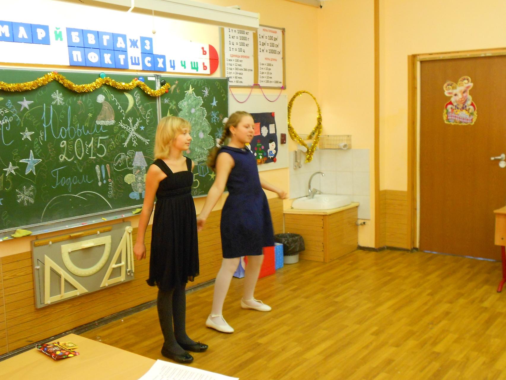 Емельяненкова Анна и Петрова Екатерина исполняют танцевальный номер «Moves  Like  Jagger»