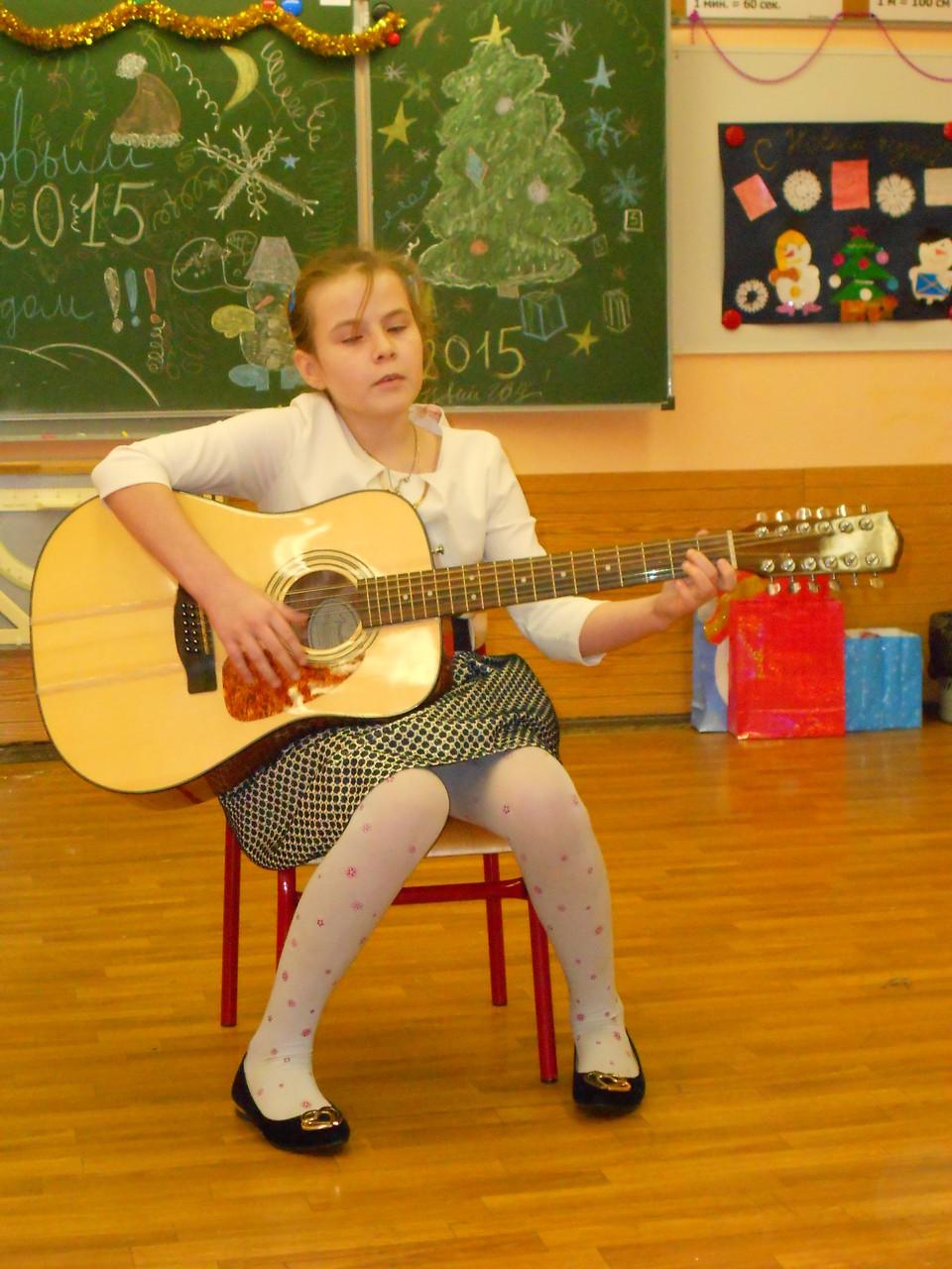 11. Услышать нам настал момент          Музыкальный инструмент. Анастасия Корякина играет на гитаре песню «Осень».