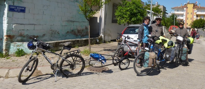 Avec Kery et le vélo attelé d'Onur, prêt à partir