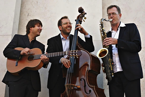 Trio Buskers Deluxe mit Gitarre, Saxofon & Kontrabass bei Business Event
