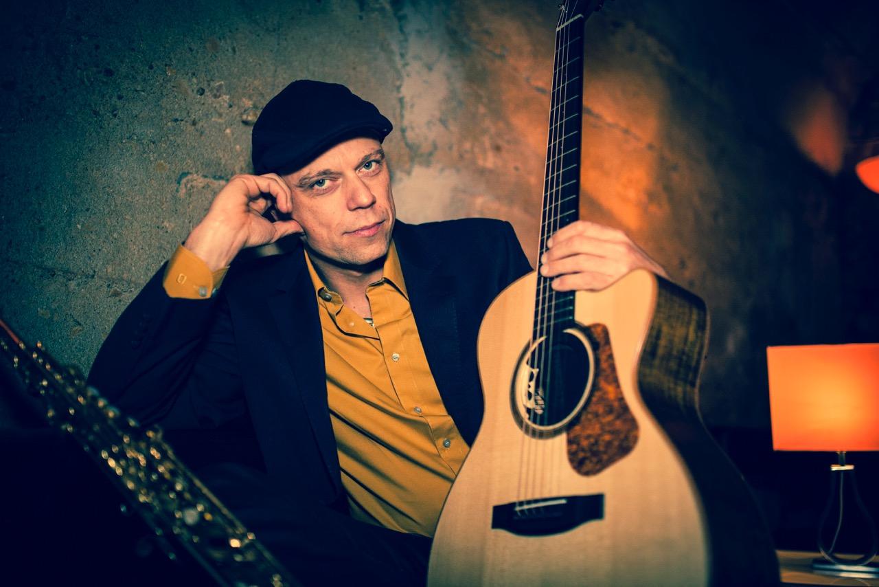 Sänger Ralf Olbrich (mit Gitarre & Saxofon)