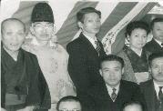 玉造商店街アーケード竣工式(昭和30年代)   (商店街の皆様と玉造稲荷神社神職)