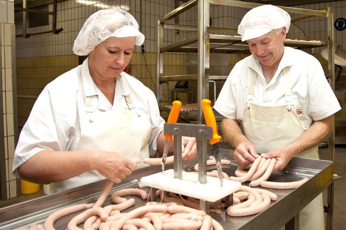 Mechthild Blome und Wilfried Hüneke bei der Wurstfabrikation