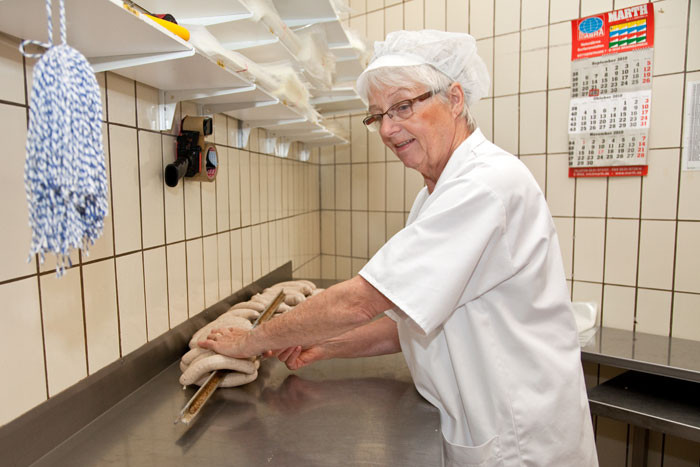 Helga Linz bei der Verpackung