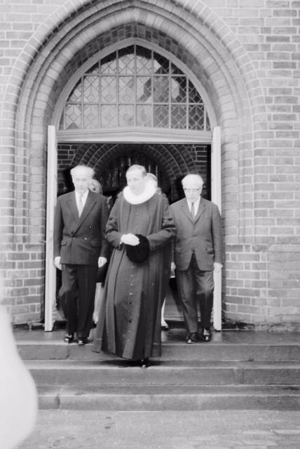 Pastor Speckmann beim Verlassen der Petri-Kirche