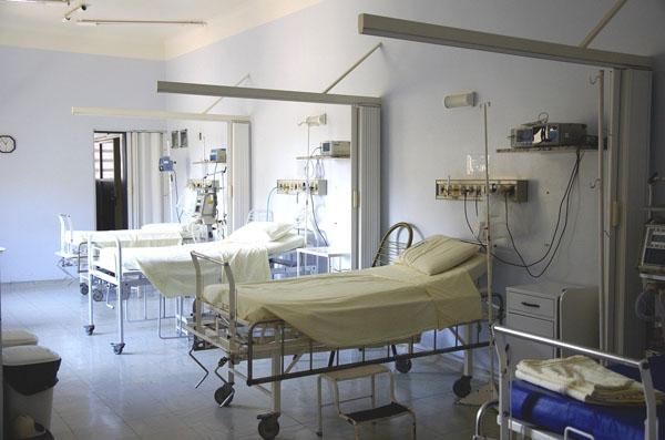Im Jahresdurchschnitt 2020 waren vier Prozent aller Intensivbetten mit Corona-Patienten belegt.