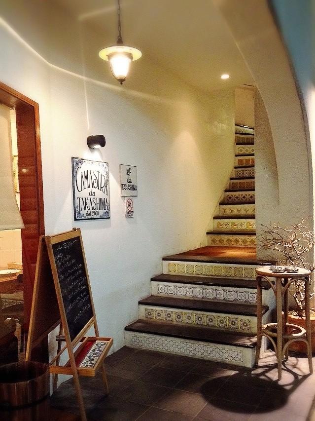 タイルの貼られた階段、雰囲気素敵!!