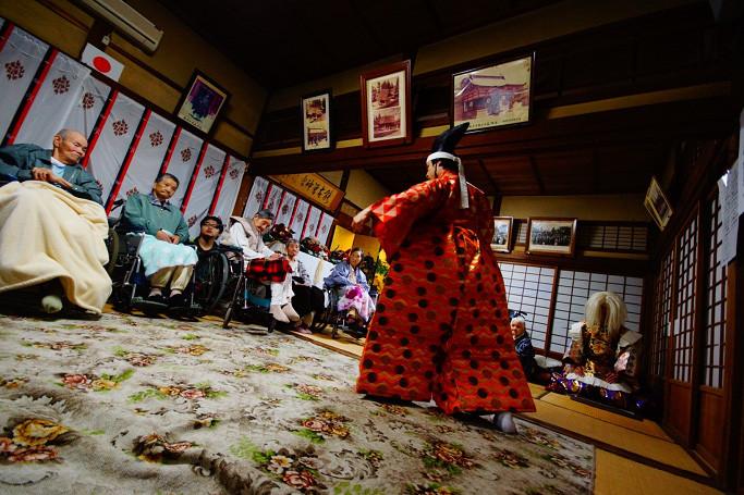 初日の夜は豪雨で神社に避難してきたお年寄りにサプライズ