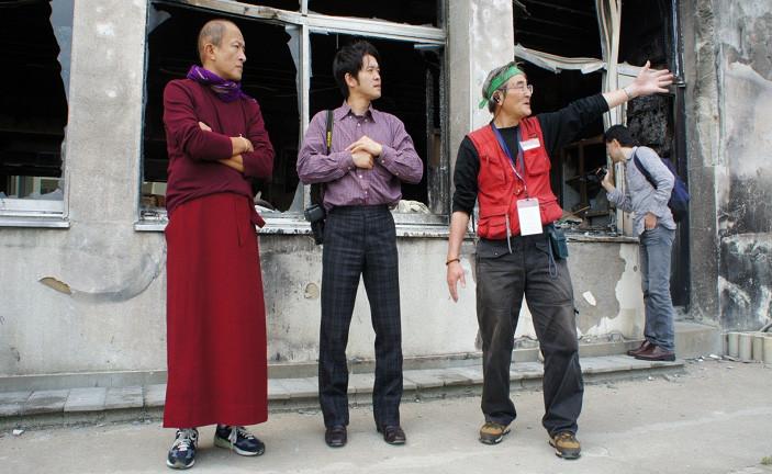 ブータンからの高僧リンポチェ(左)を被災した学校に案内