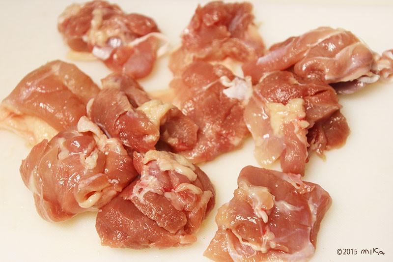 ⑥ 鶏肉を一口大に切る