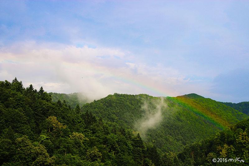山にかかる虹
