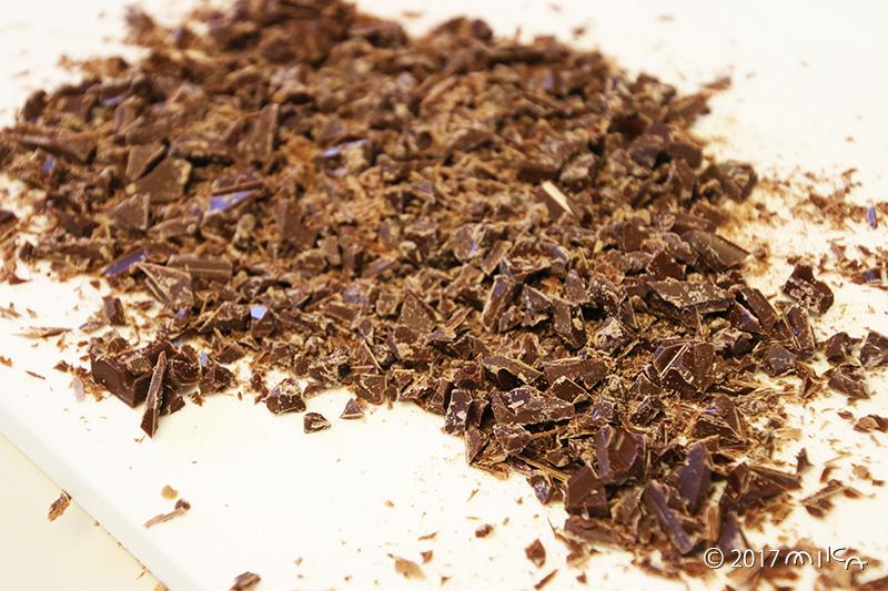 ①チョコレートを刻み