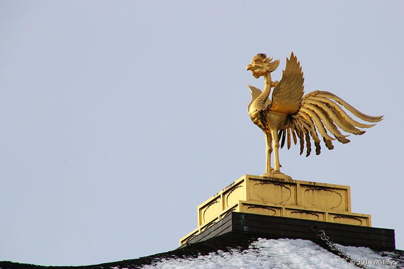 金閣寺舎利殿の屋根の鳳凰(雪の日)