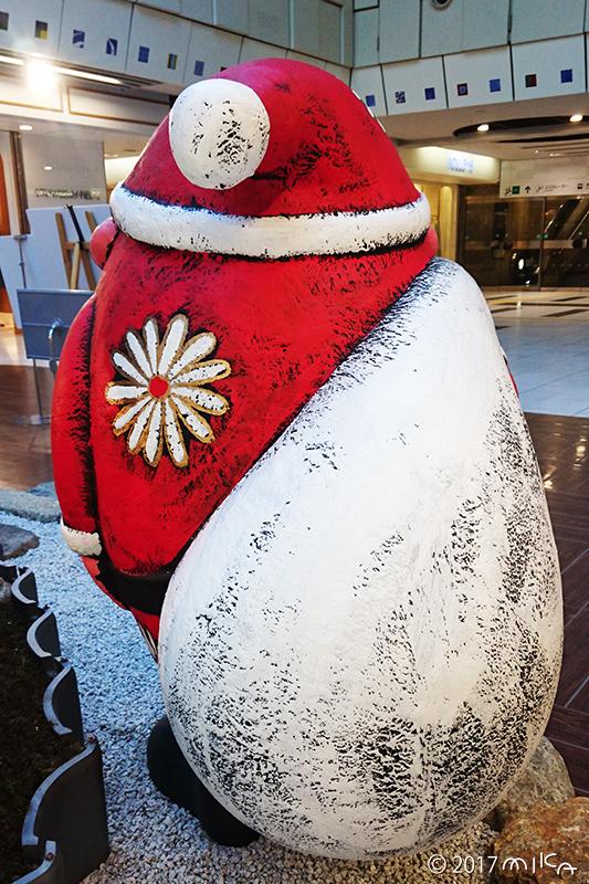 サンタの後ろ姿(「そらつなぎの庭」/京都ポルタ2017年)