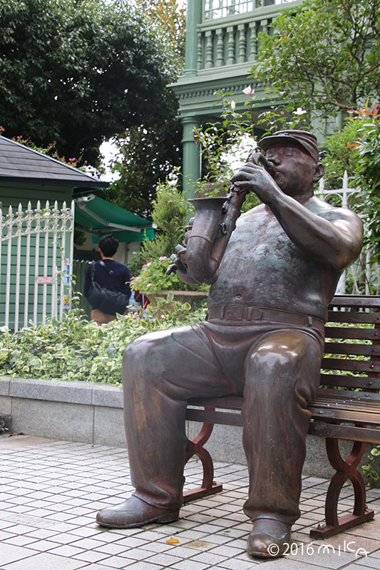 サキソフォンの像(萌黄の館前)