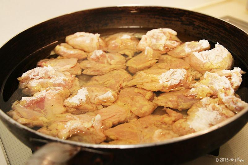 ⑪油は熱さない状態で鶏肉を全部入れる