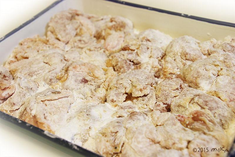 ⑨小麦粉をもみこみ、次に 片栗粉をふってまぶす