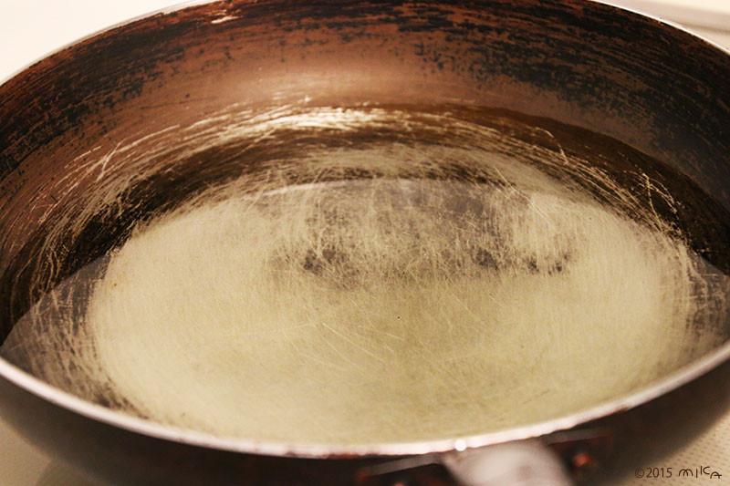 ⑩ フライパンに 2cmぐらい油を 入れる