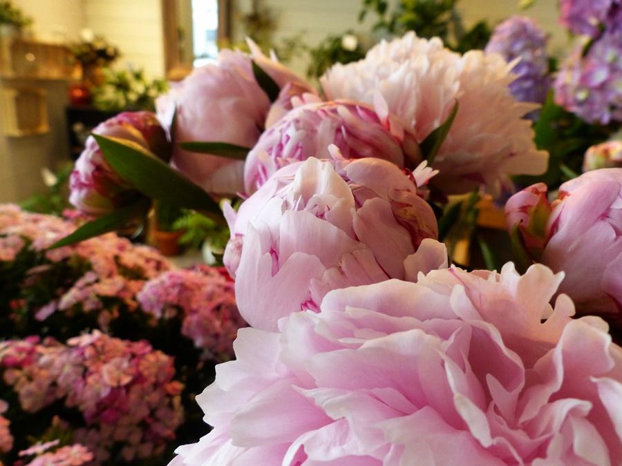 Des fleurs uniquement naturelles, de saison, et nous faisons au maximum pour travailler local