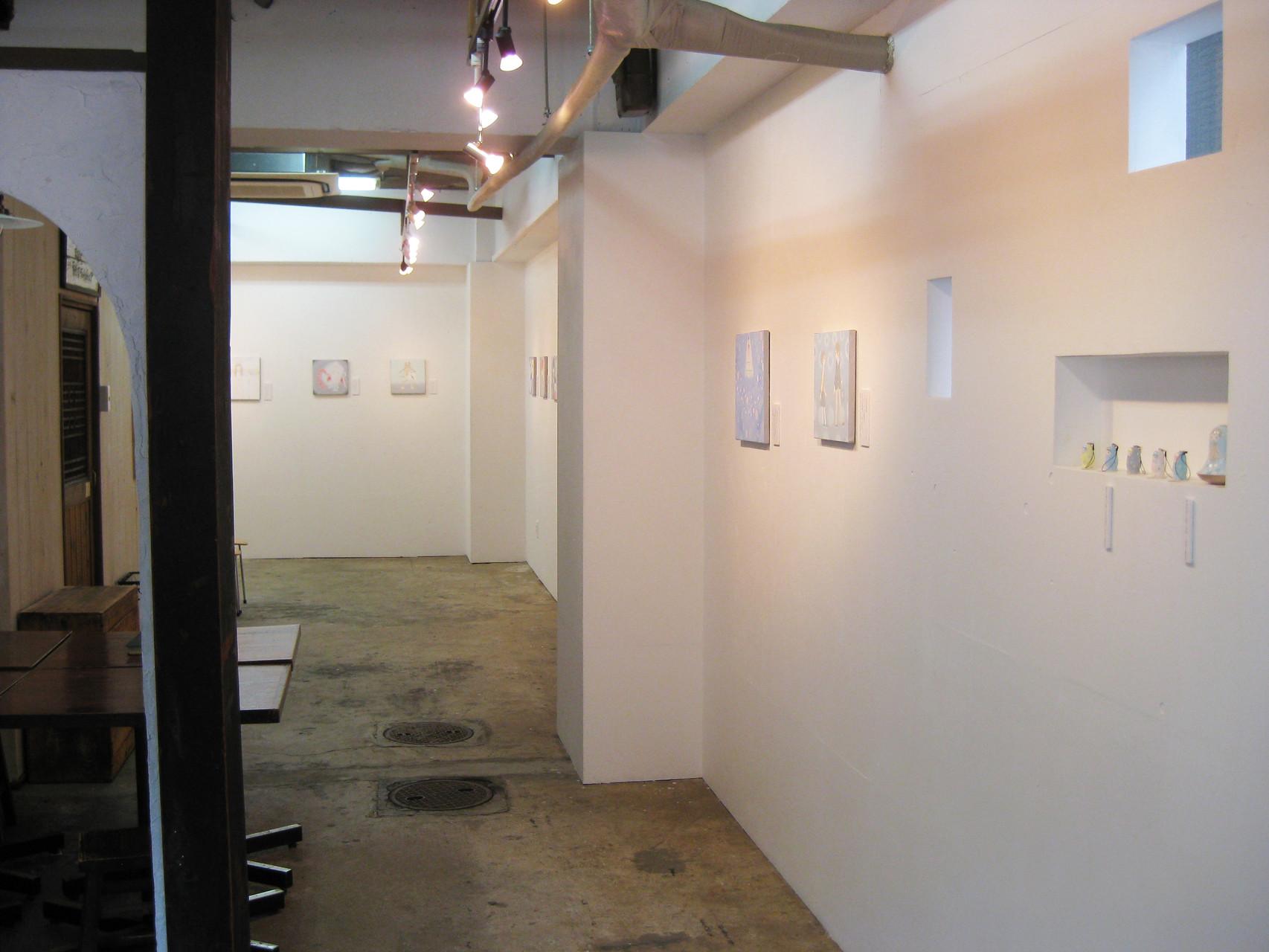 やわらかな光と白い壁のギャラリー