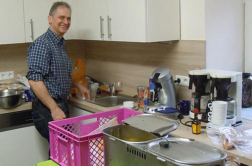 Küchenfee Klaus sorgt für die Würstchen.