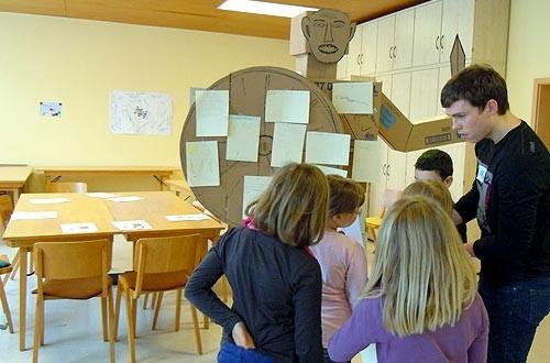 Alle Kinder schreiben oder malen ihre Ängste auf und hängen die Zettel auf.