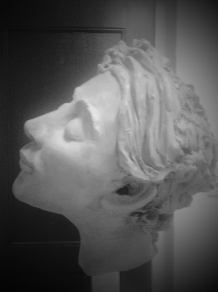 Diana ist gebrannt bei 1150 °C und soll so bleiben. Die Zartheit des Gesichtsausdruckes geht sonst verloren. Die Idee weisse Glasur einzusetzen habe ich ebenso verworfen.