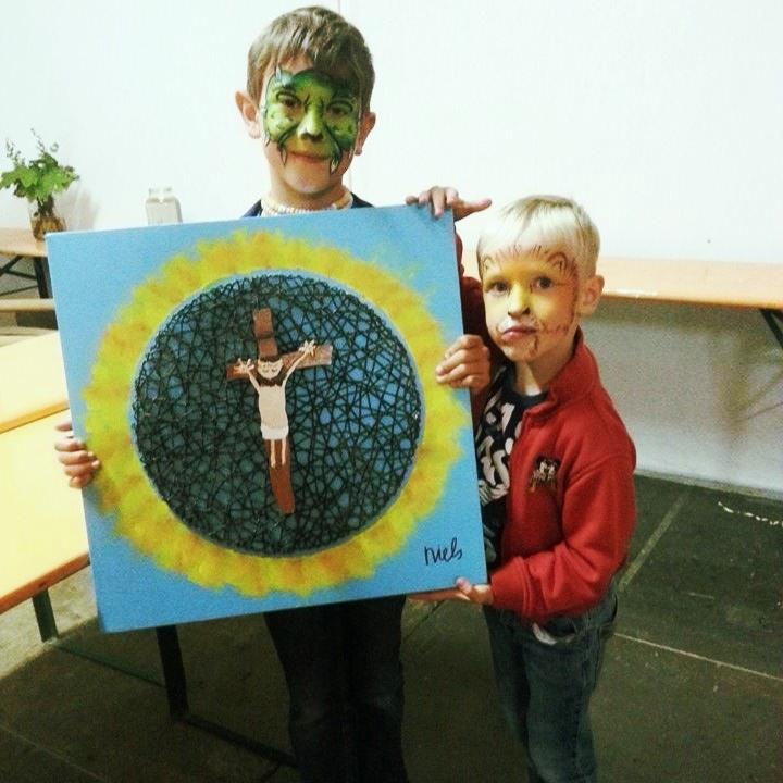 Tijdens de Passiespelen (2015) hadden zowel Kim als Luc stichting Carnivora opgegeven als goed doel voor hun geveilde kunstwerk. Hierdoor kregen wij maar liefst € 754,- uitgereikt! (broers Niels en Luc op foto)
