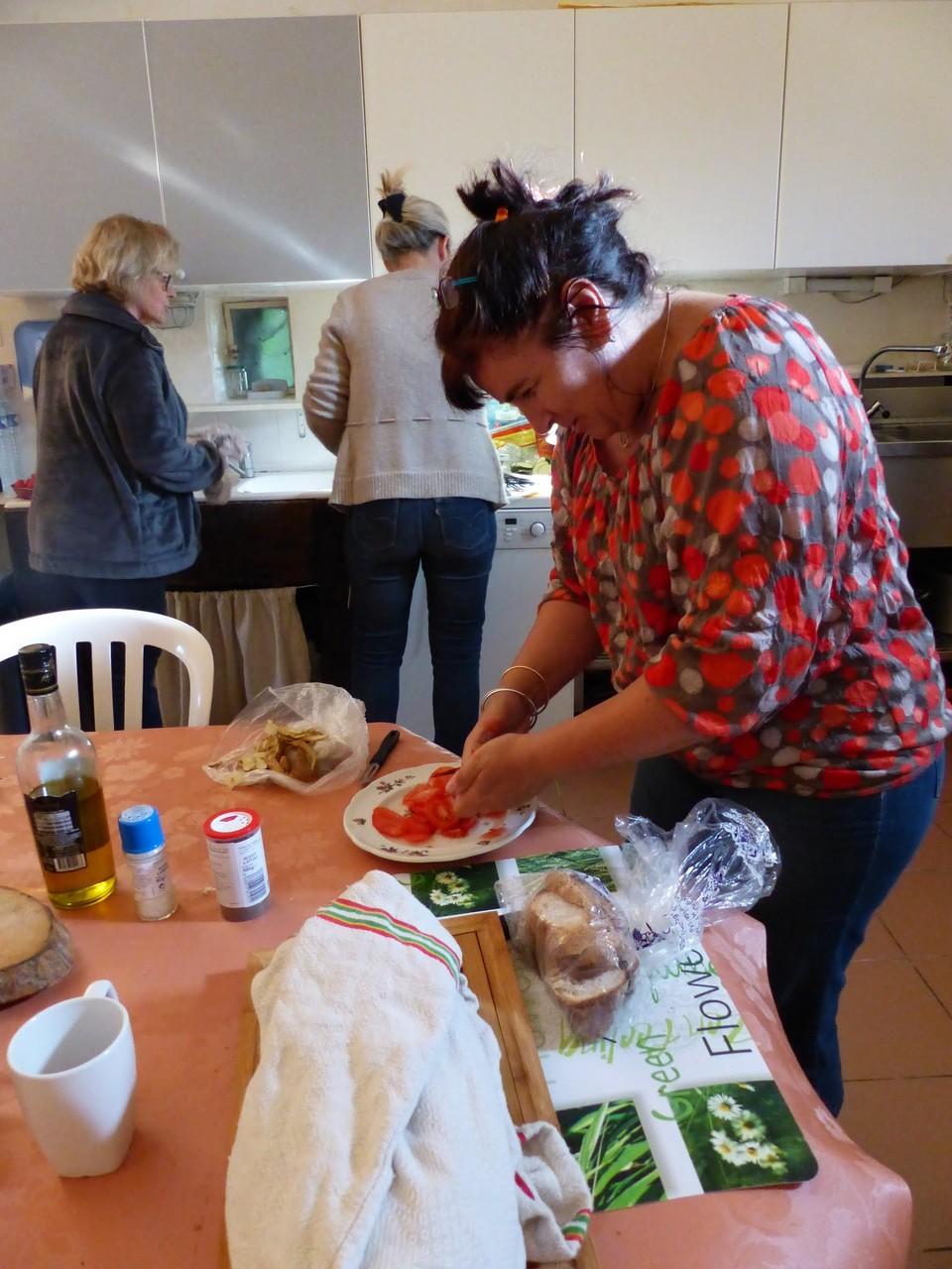 Nathalie en pleine préparation des repas du jeudi