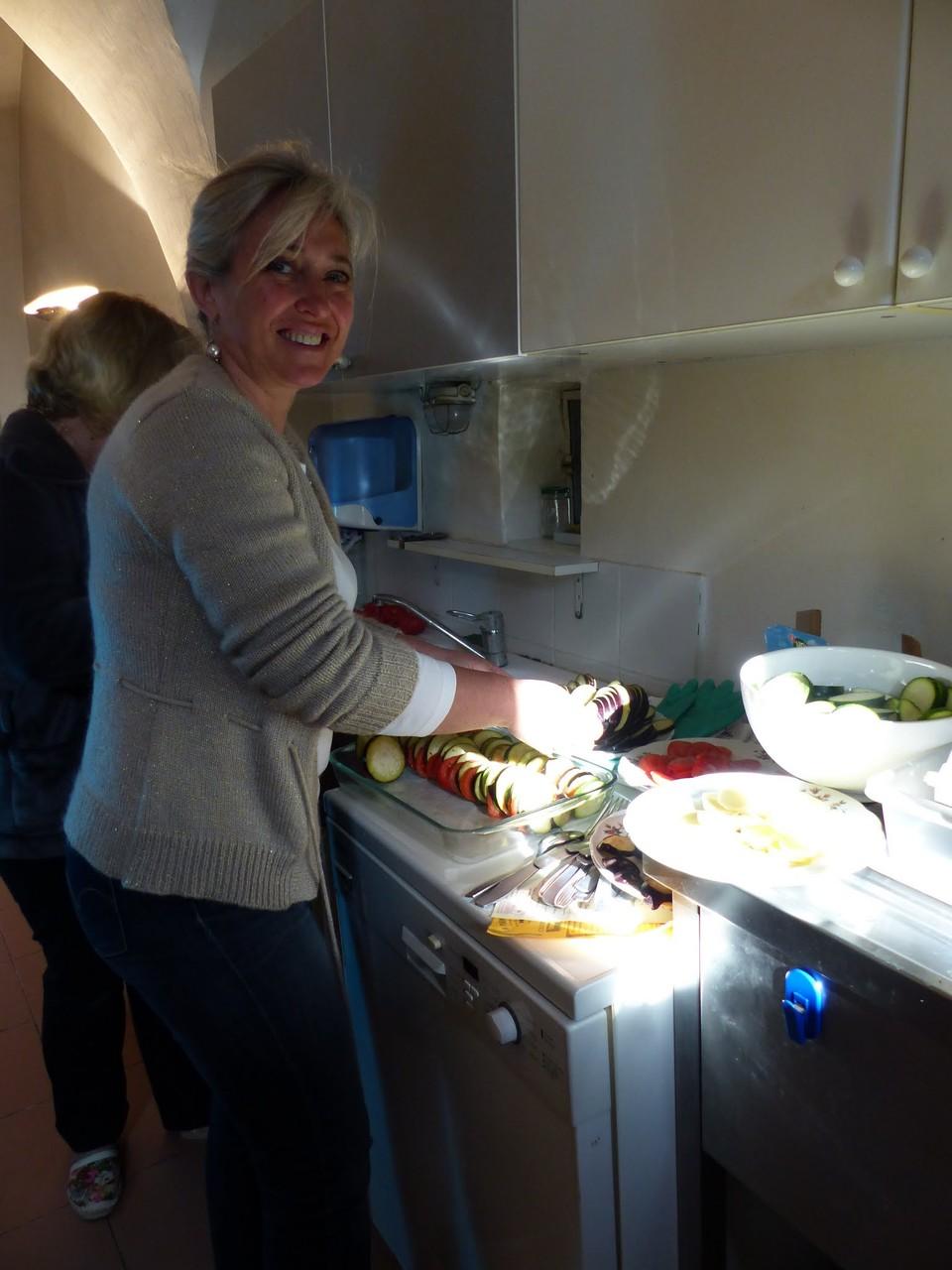 Nadine en pleine préparation des repas du mercredi